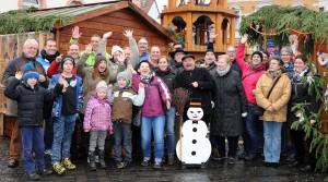 Gruppenbild vor dem Weihnachtsmarkt